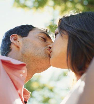 Öpücüğün şifresi çözüldü!   Sert, hızlı, nazik ya da erotik fark etmez. Onun öpüşme şekli cinsel arzuları hakkında size ipucu verecektir. Dudaklarının size ne söylemek istediğini keşfedin...